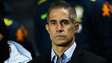 Photo of OL : Aulas veut reprendre le foot, Sylvinho n'est pas d'accord